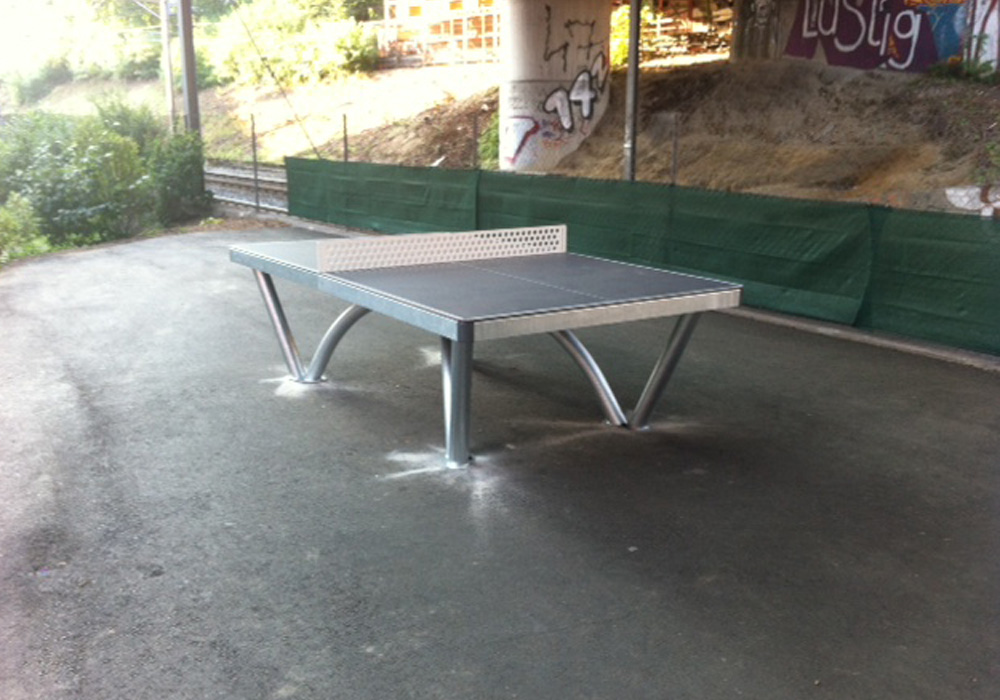 Auch unter eine Brücke macht der Park Tischtennistisch einen guten Eindruck