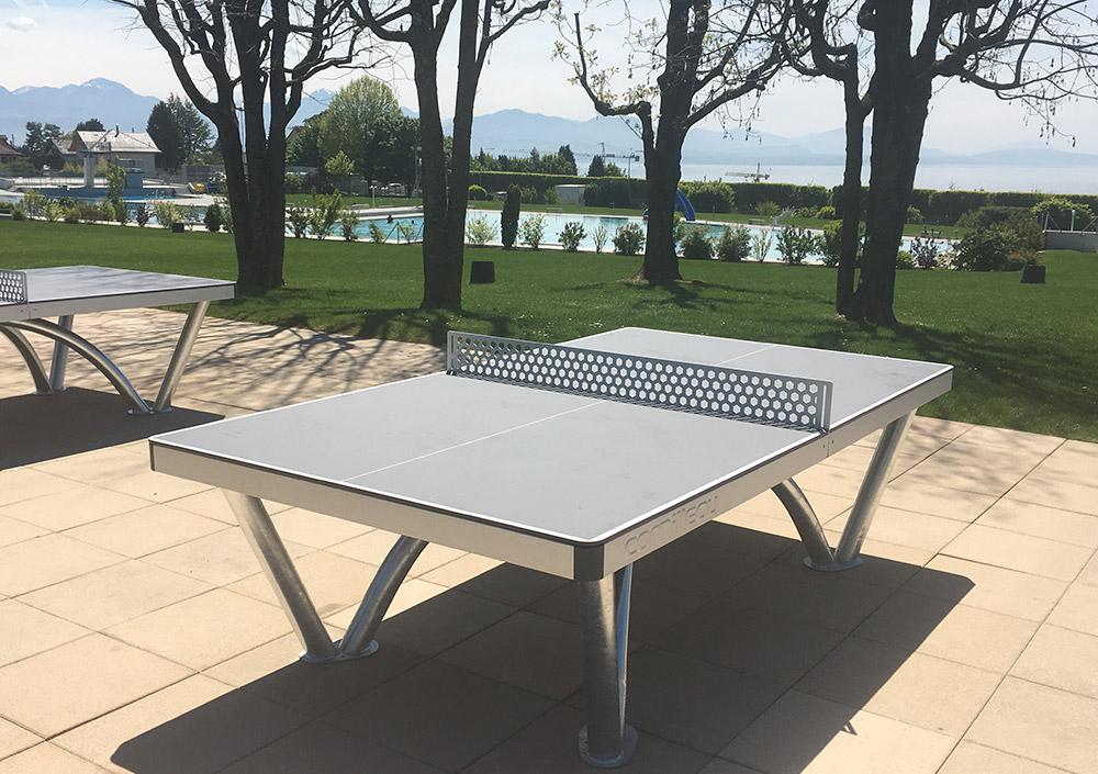 Die Beton Tischtennistische wurden durch 3 Parktische von Cornilleau ersetzt. (Schwimmbad Prilly)